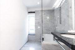Ansicht auf die Badewanne und auf das Fenster mit Blick in den Hof